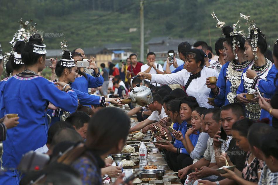 """2017年10月02日,十一期间,贵州省黔东南侗族乡村寨头村举办了""""烧鱼节""""。摆上""""长桌宴"""",欢迎四方来客,庆祝农作物秋收。图为少数民族同胞敬酒。"""