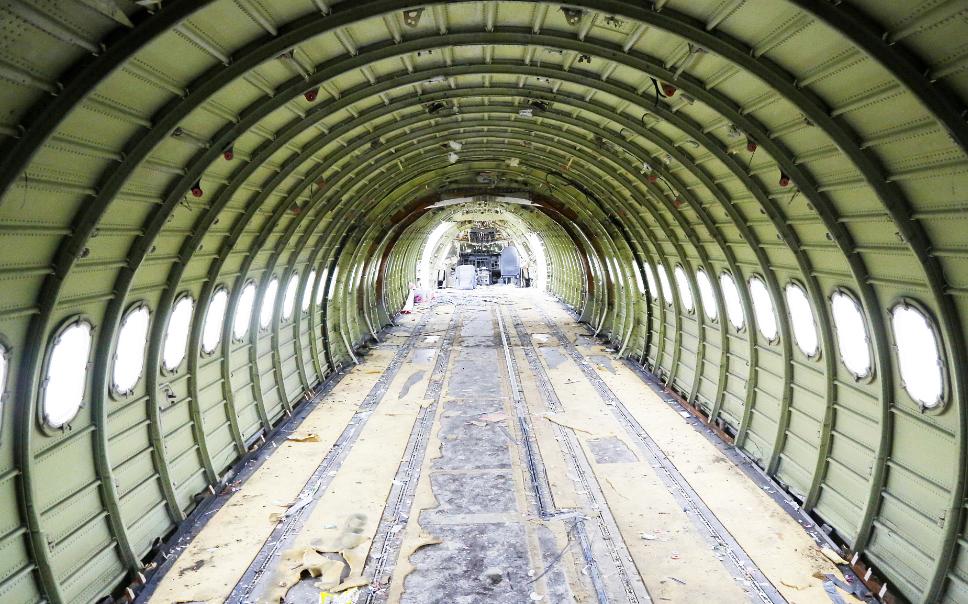 据了解,这两架废旧客机是当地一个土豪老板花费800万元买的,从俄罗斯飞到上海,然后拆除主要部件运到河南。