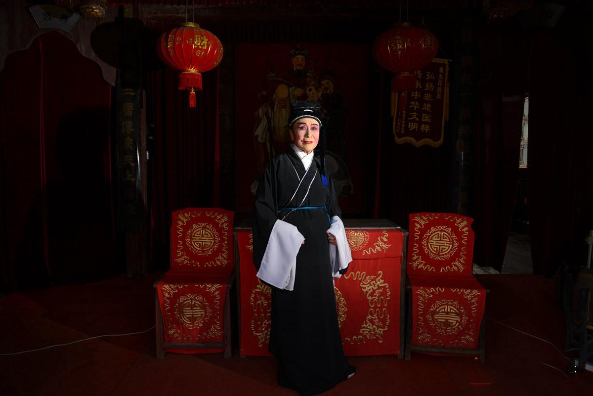 81岁患癌奶奶女扮男装上戏台 圆了自己舞台梦