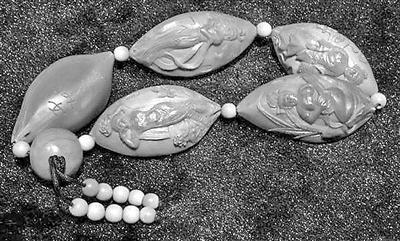 收藏的荷花橄榄核雕被狗咬了!