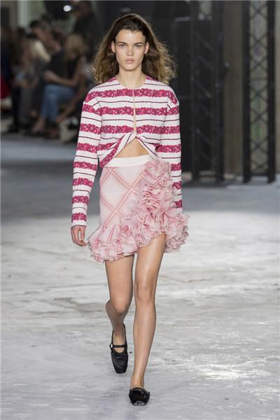 Giambattista Valli于巴黎时装周发布2018春夏系列时装秀