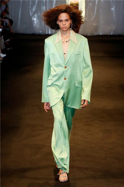 Acne Studios服装品牌于巴黎发布2018春夏系列时装秀