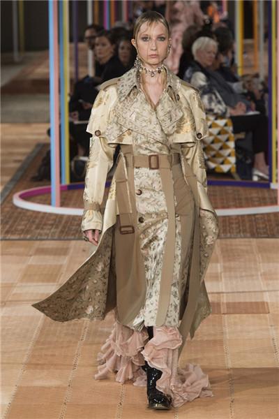 Alexander McQueen于巴黎时装周发布2018春夏系列时装秀