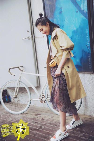 高圆圆穿衣搭配造型示范 一件风衣也能有两种穿法