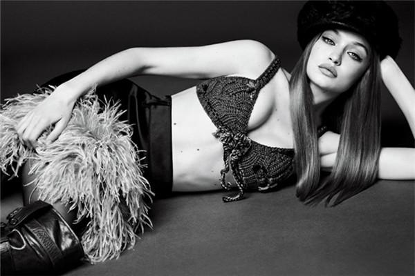 超模Gigi Hadid登上《Vogue》杂志11月号封面