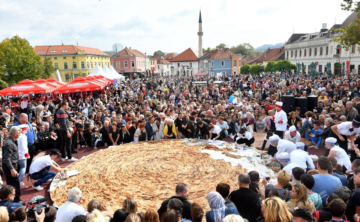 波黑制作675公斤馅饼 有望打破吉尼斯世界纪录