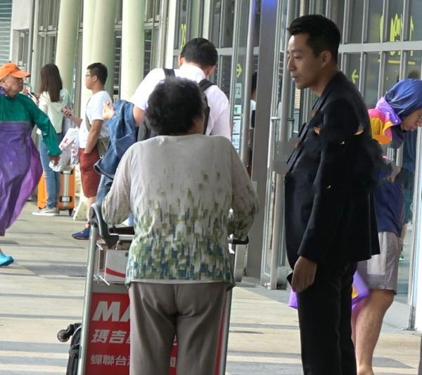汪小菲偶遇问路老奶奶 大雨中让司机送到高铁站还带着老人家买票