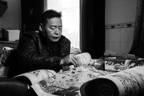 残疾男子绣22米清明上河图 每天穿针引线3年多绣完大半