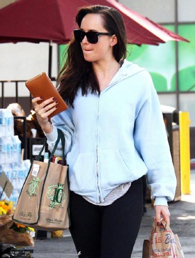 Dakota Johnson街拍造型示范 卫衣+健美裤时髦又舒适