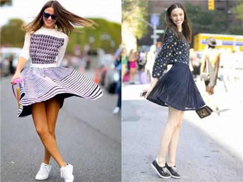 秋季穿衣搭配技巧示范 运动鞋+裙装时髦又舒适