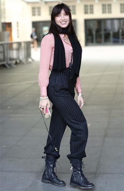 daisy lowe街拍造型示范 粉色衬衫+西装裤温暖又时髦
