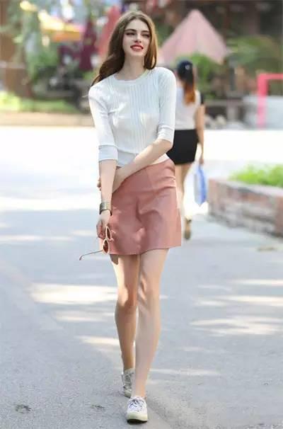达人秋天穿衣搭配示范 毛衣+半身裙打造百变造型