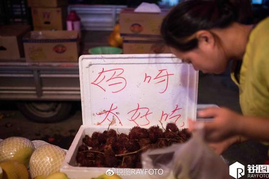 杭州水果摊小伙写吸睛广告:妈呀太好吃!