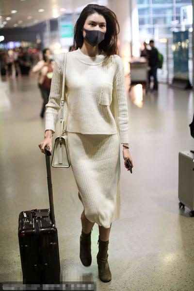 超模何穗街拍造型示范 纯白毛衣裙尽显优雅女神范