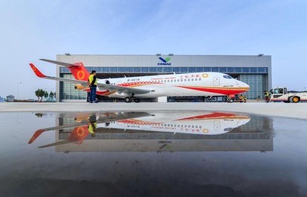 中国商飞向成都航空交付第三架ARJ21国产飞机