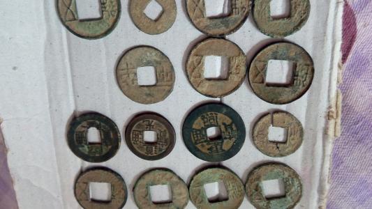 考古工作人员清理近4吨重铜钱 最早为唐代开元年间