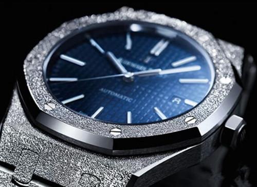 尽显绅士风范 爱彼表推出全新皇家橡木磨砂黄金腕表