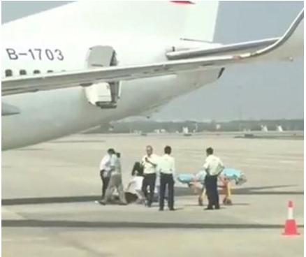 空姐从舱门摔骨折 从飞机2.7米左后舱门摔下