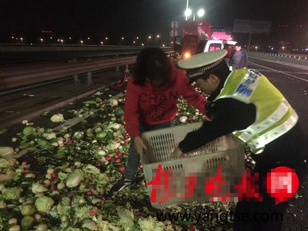 菜贩车祸散落千元硬币 民警花费三个小时帮忙找回九百多枚!