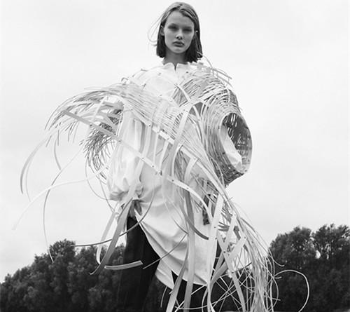 超模Kris Grikaite为11月的《VOGUE服饰与美容》拍摄封面