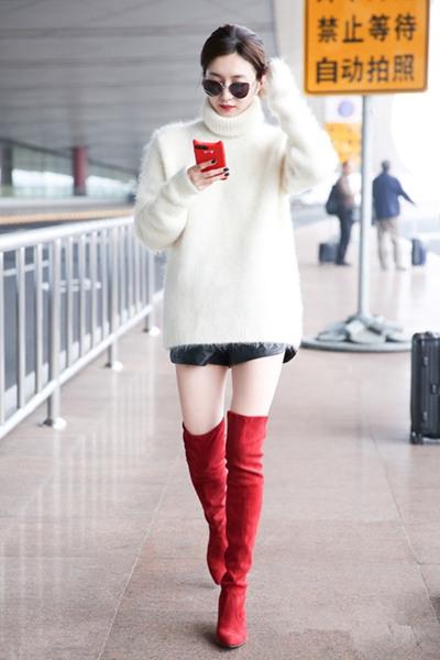 学江疏影街拍造型示范 白色廓形毛衣+过膝靴美艳有活力