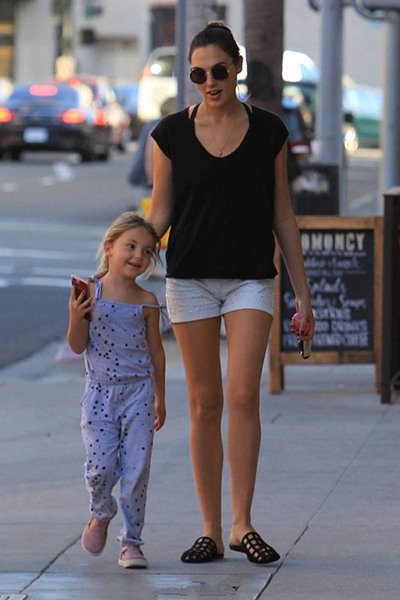 神奇女侠加朵与女儿街拍曝光 穿搭似姐妹装超有爱