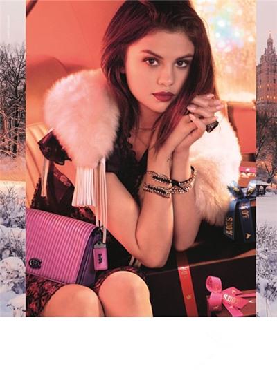 赛琳娜为蔻驰全新holiday系列拍摄广告大片