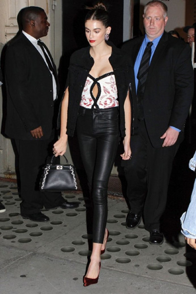 Kaia Gerber街拍造型示范 皮裤上身长腿惊艳众人