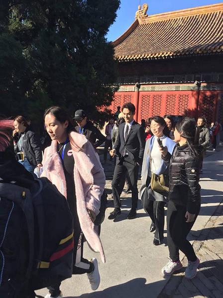 王凯故宫被偶遇 一双逆天大长腿十分抢镜!