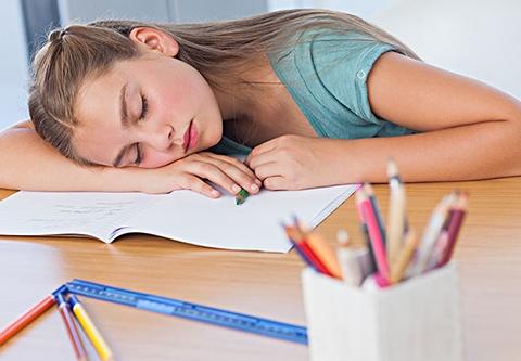 颈椎病盯上青少年 午休不要趴着睡!
