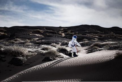 花200元登上月球 在戈壁滩穿上太空服体验登月