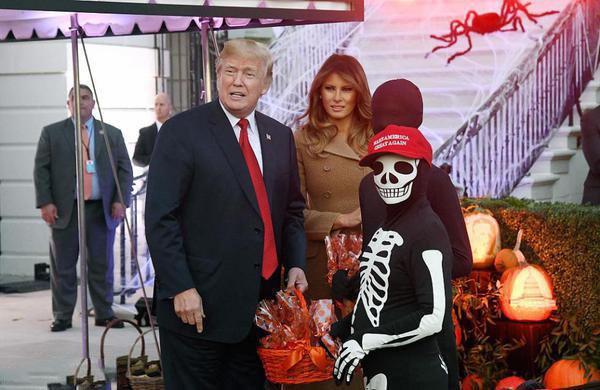 特朗普白宫办万圣节派对 白宫被装饰了巨大蜘蛛网