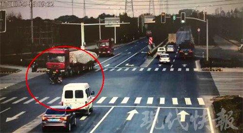 闯红灯险遭货车碾压 导致电动车断头
