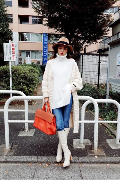 冬装穿衣搭配造型示范 白色毛衣+针织衫时髦温度两不误