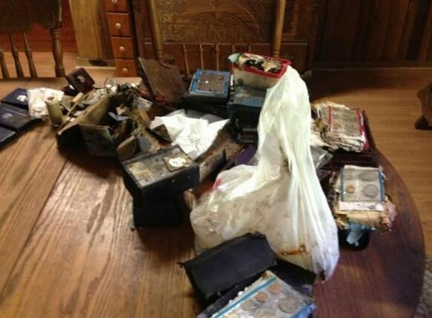 当他将柜子里的东西全部都拿出来后,竟然多到桌子都快摆不下了。在这堆宝物中,银币的数量最多。