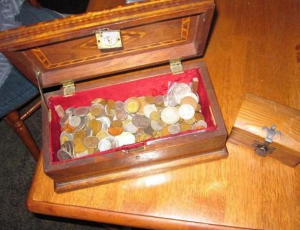 大部分的银币都很古老了,估计能换到很多钱。真的是天上掉下馅饼了。