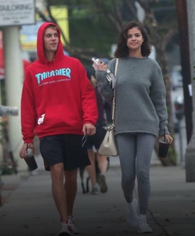 赛琳娜比伯挽手逛街 两人在洛杉矶街头骑单车看起来十分开心