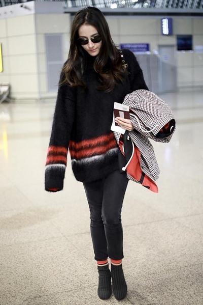 迪丽热巴机场街拍示范 Oversize毛衣+袜靴时髦养眼
