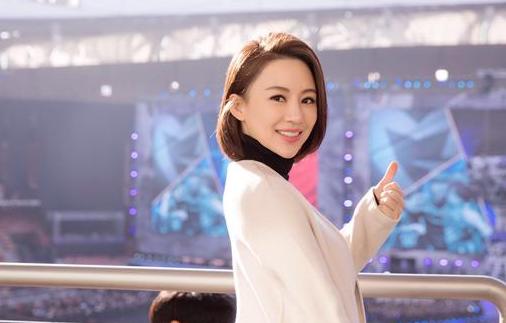 潘晓婷亮相英雄联盟S7决赛 网瘾少女笑容迷人