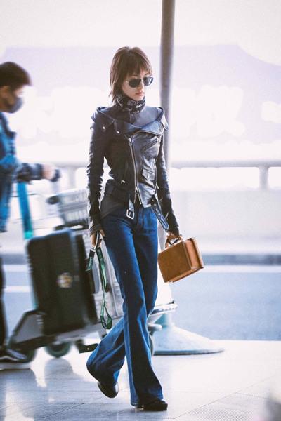 王子文最新街拍示范 皮衣+微喇牛仔裤七分酷三分俏