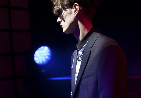 Dior Homme推出全新THIN METAL系列奢侈品眼镜