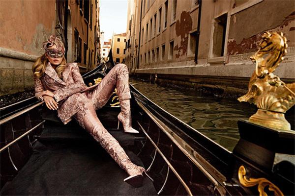 超模Anna Ewers为巴黎版《VOGUE》拍摄封面大片