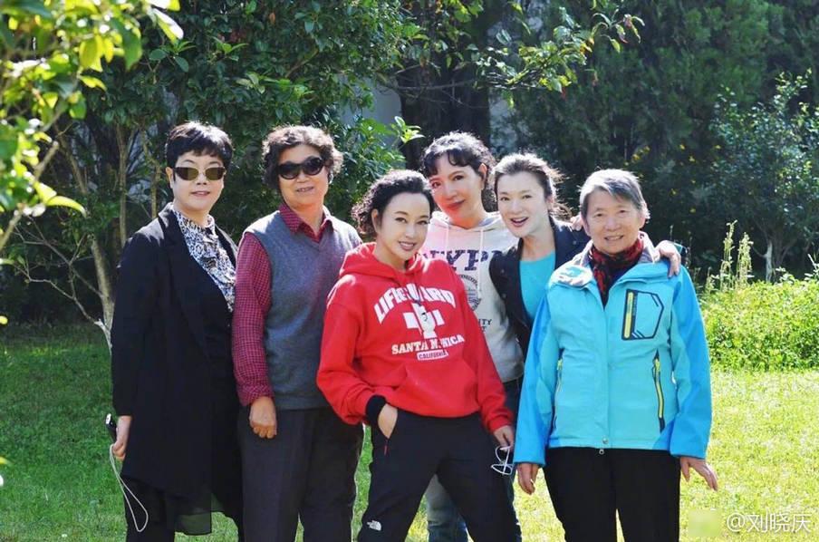 62岁刘晓庆晒全家福 刘晓庆身穿红色卫衣凹造型露出甜美笑容