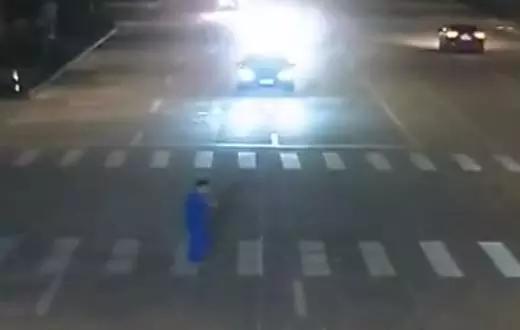男子斑马线玩手机被撞飞 交警的处理让他付出了代价