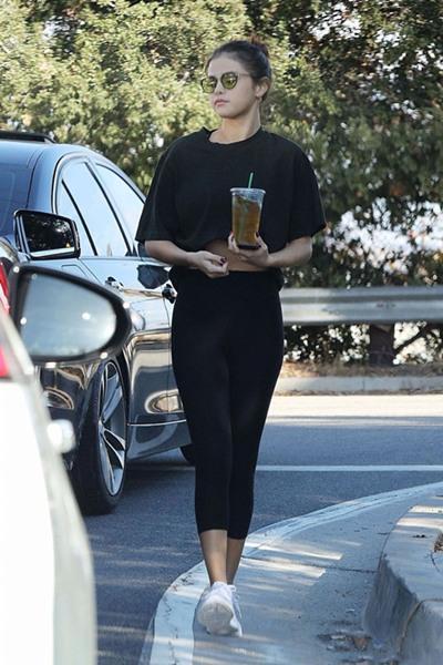 Selena Gomez穿衣搭配示范 短T+健身裤身材重回巅峰
