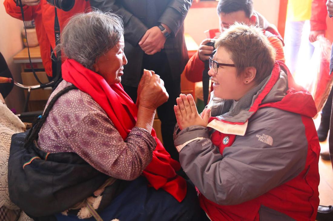韩红亲赴藏区陪伴孤寡老人 为敬老院的孤寡老人包饺子