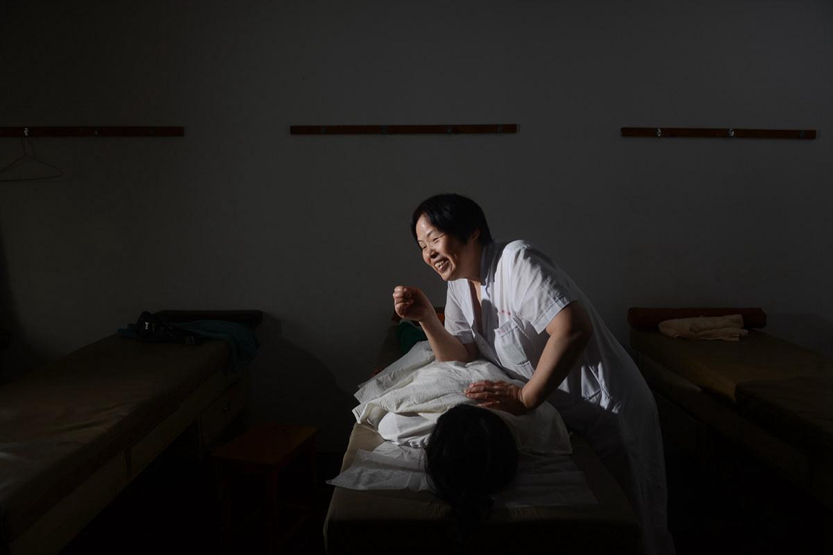 盲女按摩师26年资助三百余名学子百万元 30年来为200多名脑瘫患儿治疗
