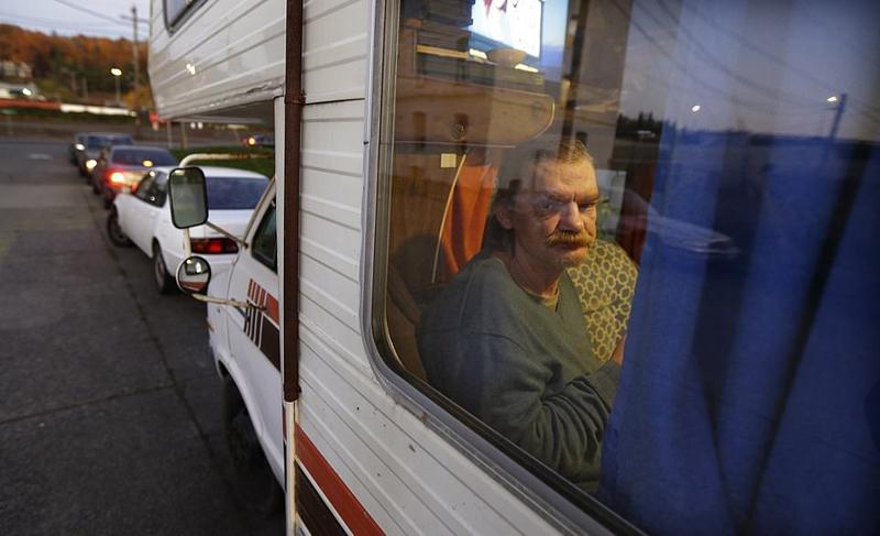 无家可归在西雅图并不是一件新鲜事。但加利福尼亚、俄勒冈州、华盛顿州官员及为流浪者提供服务的工作人员和美联社初步对流浪者统计得到的数据都显示,这种流浪情况正变得越来越糟。由于房价高涨,无论是曾经遭遇困境还是安然度过困境的人现在都被迫住在大街上。