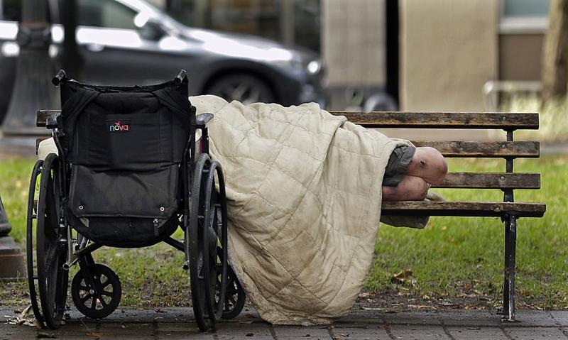 越来越多无家可归的人将赤贫推向了前所未有的境界,同时也压倒了各个城市和非营利性组织。大量流浪人员露宿街头,公众健康受到威胁,多个城市宣告处于紧急情况,拨出巨款寻求解决方案。致命性甲型肝炎已在多个城市爆发,加利福尼亚州已发布紧急预警,圣迭哥正用漂白剂清洗人行道以防止致命性甲型肝炎的爆发。
