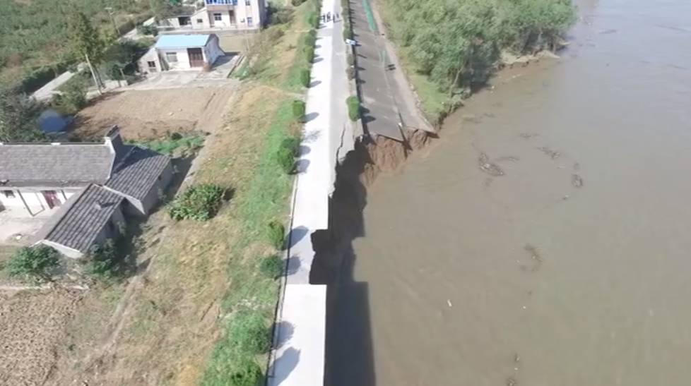 长江发生江堤坍塌